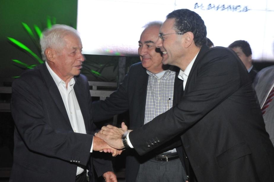 Vitor Lippi e Musse Stefan parabenizando Fernando Stecca Filho pelo lançamento do Condomínio Paris